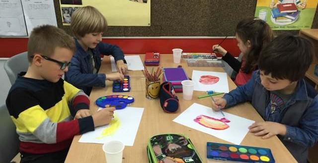 Nxënësit e klasës së dytë duke punuar për ekspozitën e tyre.
