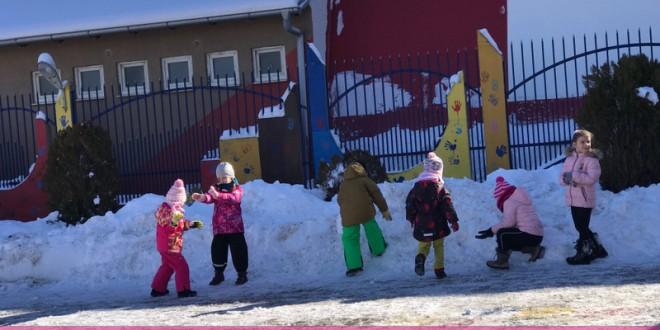 Luajmë dhe argëtohemi me topa bore!