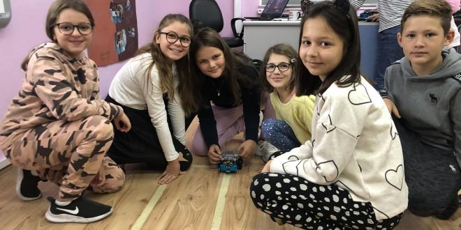 Duke ndodhur: Nxënësit e klasave të pesta duke programuar me mBota